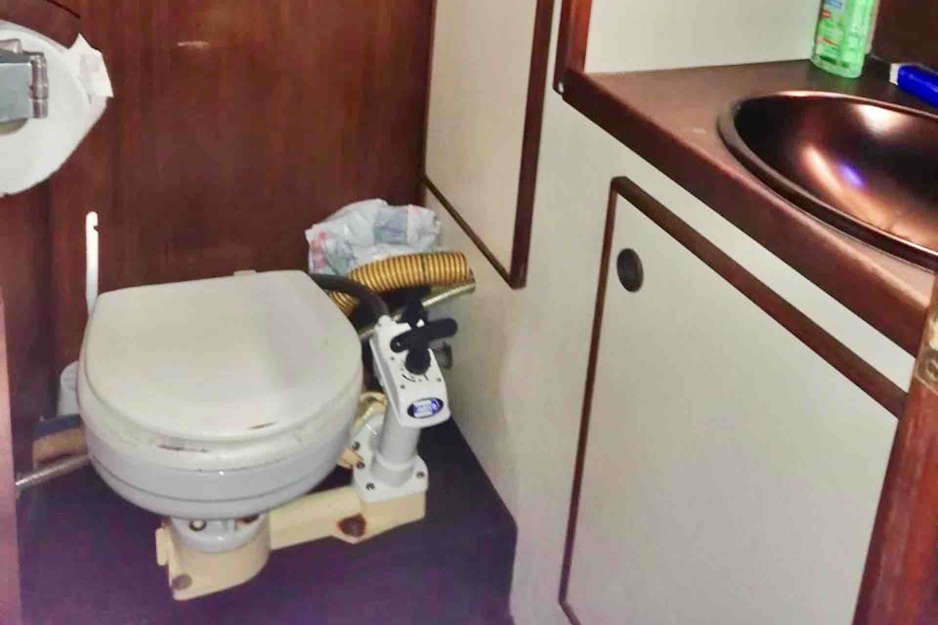 Dike San Blas sailboat bathroom